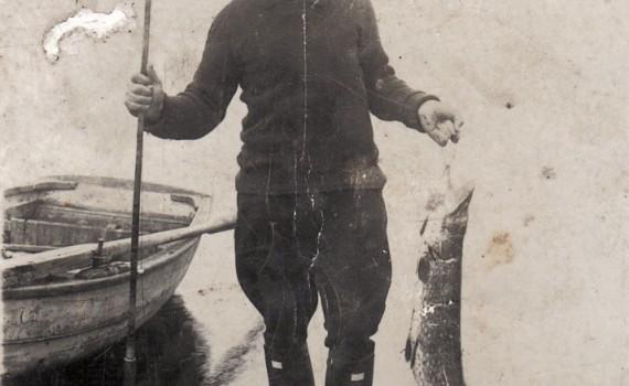 Fisker med gedde, Blegsø ca. 1950.