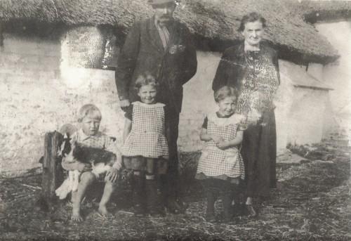 Anders Overgaard Christensen og Nicoline Overgaard Christensen med børn foran ejendommen ved Isbjerg.