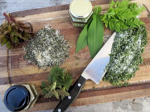 Urter til fremstilling af urtesalt på skærebrættet. Foto: Mie Buus/Museum Thy.